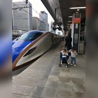 新幹線の前で記念写真
