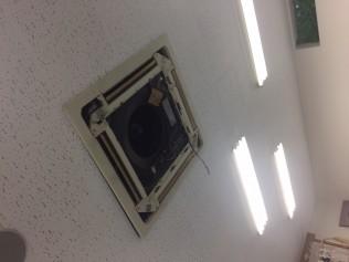 交換工事中のエアコンです