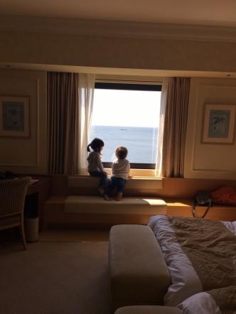 子供たちが窓の外を覗いてる所