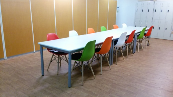 イス・テーブル・床・仕切りを変更後の休憩室