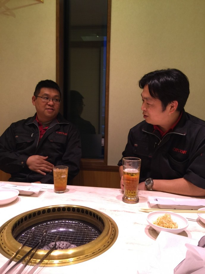 競馬の話で盛り上がる黒川課長と前川さん