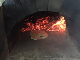子供たちがトッピングしてピザを焼きました。